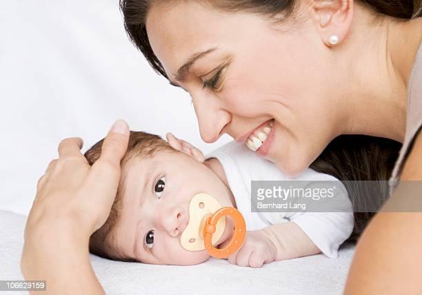 baby and mother - 横向きに寝る ストックフォトと画像
