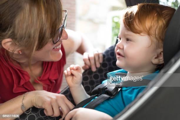 Baby und Mutter im Carseat Umreifung
