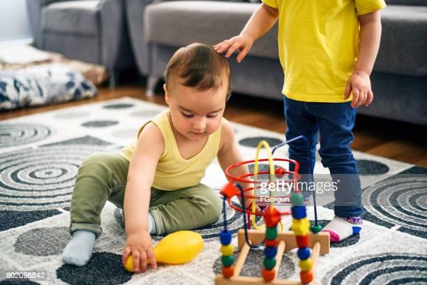 Bébé garçon et fille de bébé sextoys ensemble