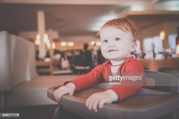 Baby Boy am Buffet im Ferienort