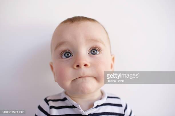 baby boy (6-9 months), close-up - groothoek stockfoto's en -beelden