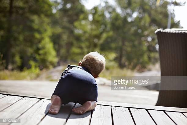 baby boy crawling on porch - de quatro imagens e fotografias de stock