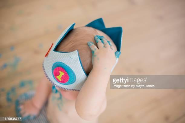 baby boy dirty's hand on head - sugar baby imagens e fotografias de stock