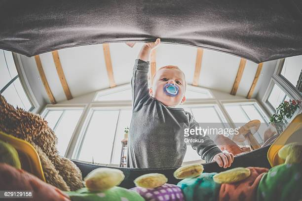 pov baby boy exploring and looking inside toy box - grande angular - fotografias e filmes do acervo