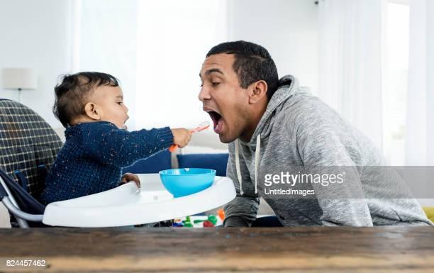 Baby voeding vader van de jongen