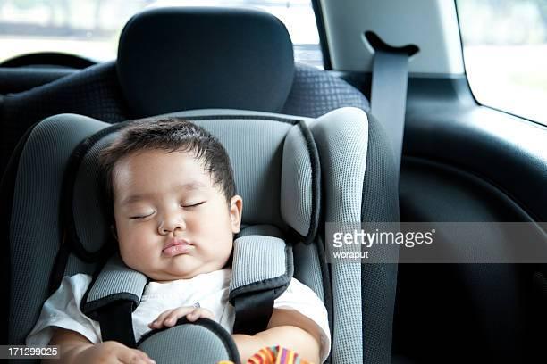 Baby Jungen Sitzen im Auto