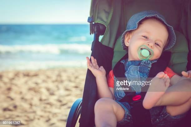 Baby Boy in kinderwagen op het strand