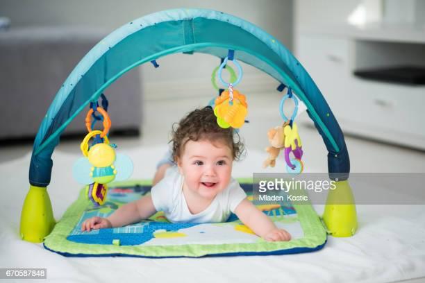 ベビー サークルの中で横になっている男の子の赤ちゃん