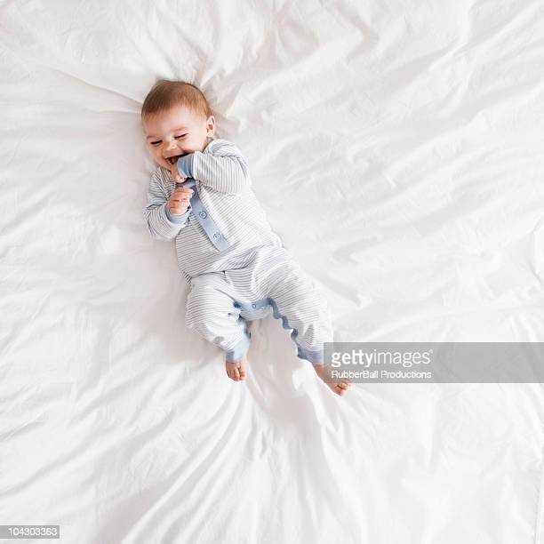 Petit garçon Allongé sur le lit