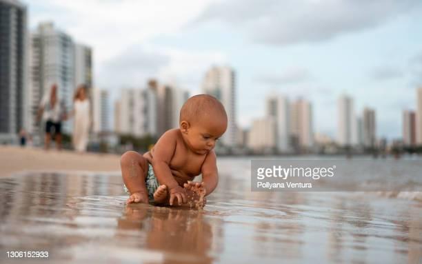 海岸で遊んでいる男の子 - 1 minute 50 ストックフォトと画像