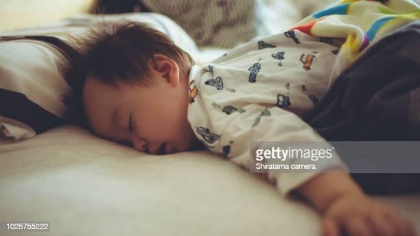 baby boy sleeping - 1歳以上2歳未満 ストックフォトと画像