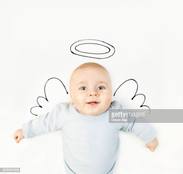 Petit garçon avec des ailes d'ange