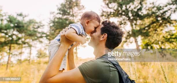 baby junge mit papa in der natur - vater stock-fotos und bilder