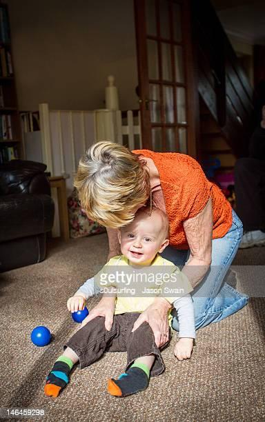 baby boy with grandmother - s0ulsurfing fotografías e imágenes de stock