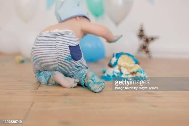 baby boy's back destroying a cake - sugar baby imagens e fotografias de stock