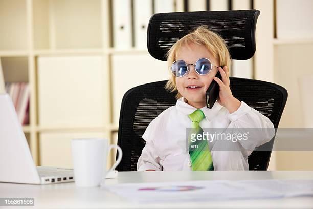 Baby Geschäftsmann sprechen auf smart phone