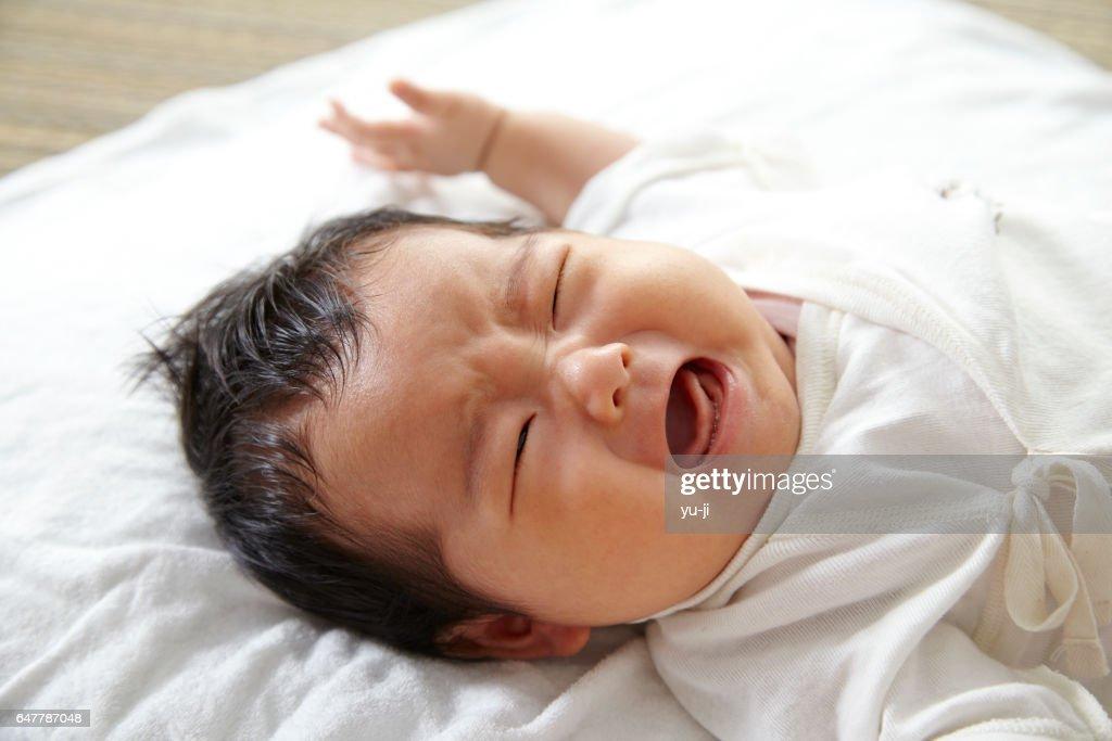 泣いている日本人の女の赤ちゃん : ストックフォト