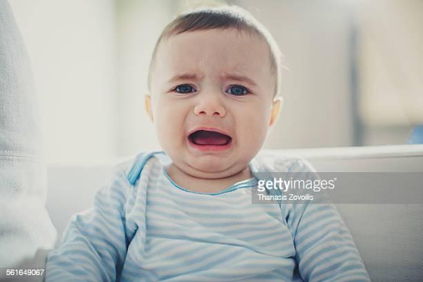 baby crying - huilen gezichtsuitdrukking stockfoto's en -beelden
