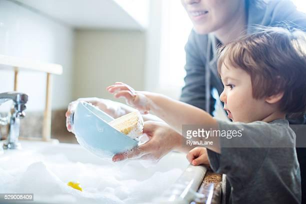 baby piatto di lavaggio - stoviglie foto e immagini stock
