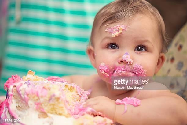 baby eating cake - 1歳以上2歳未満 ストックフォトと画像