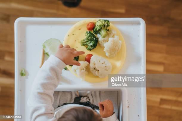 野菜を食べる赤ちゃん - 固体 ストックフォトと画像
