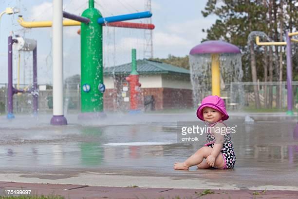 ベビーガールの「スプラッシュ」では、ウォーターパーク - チューリップ帽 ストックフォトと画像