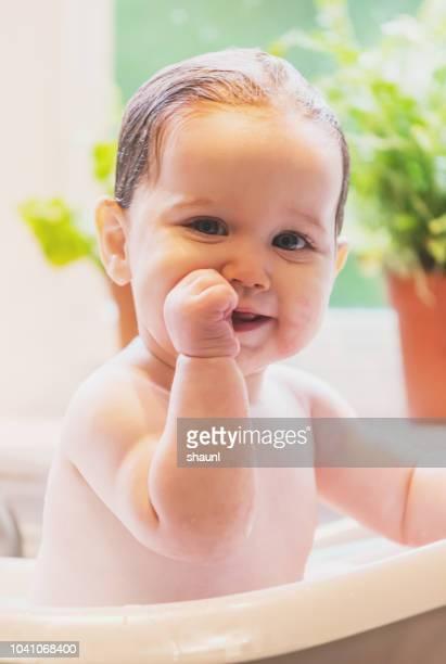 bebê menina tomando banho - chupando dedo - fotografias e filmes do acervo
