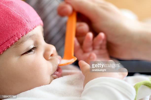 Babymode – Mädchen (4-5 Monate), Fed von ihrer Mutter