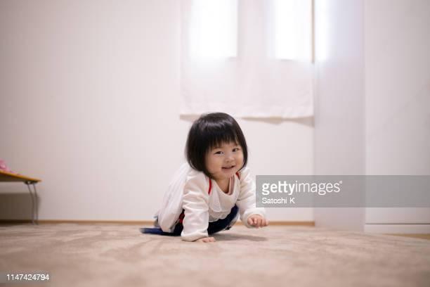 最初の birthdy で日本の儀式として餅を運ぶ女の赤ちゃん - 1歳以上2歳未満 ストックフォトと画像