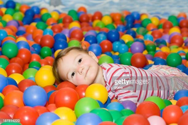 Petite fille dans la piscine à balles