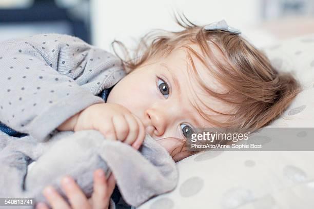 baby girl lying down, sucking thumb, portrait - chupando dedo - fotografias e filmes do acervo