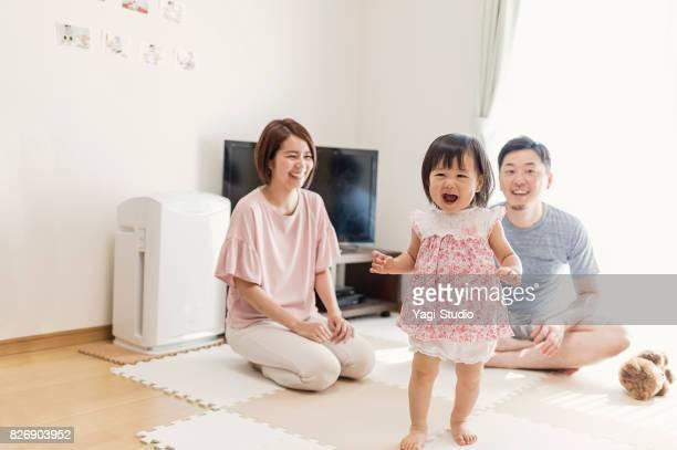 Meisje van de baby spelen met familie in huis