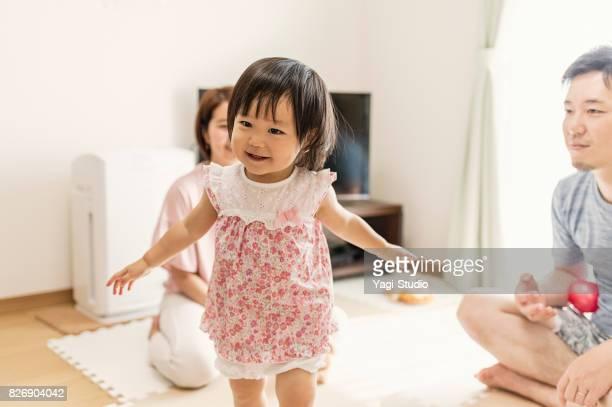 赤ちゃん女の子の家で家族と一緒に遊ん