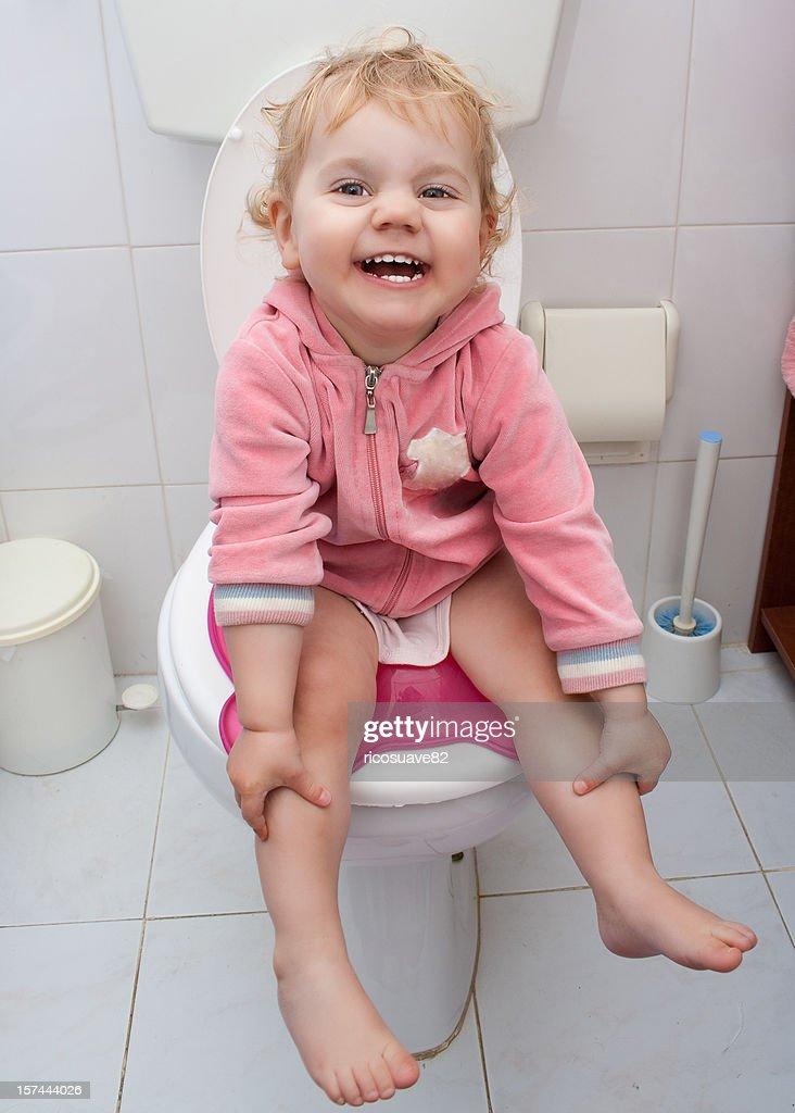 Baby Mädchen Sitzt Im Badezimmer Stock-Foto - Getty Images