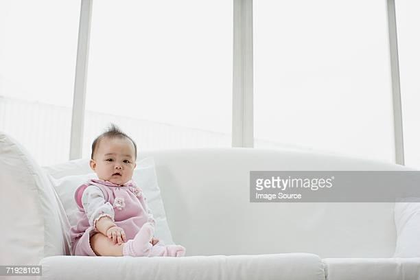 赤ちゃんの女の子に座ってソファー