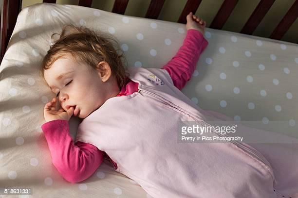 baby girl sleeping in crib - chupando dedo - fotografias e filmes do acervo
