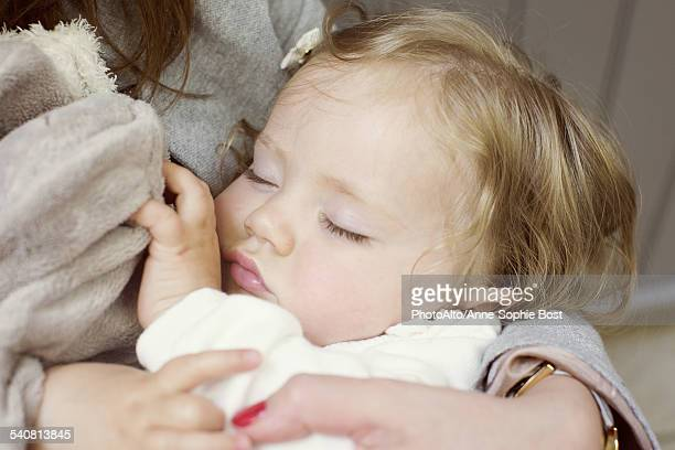 baby girl sleeping in mothers arms, cropped - anne sophie mutter stock-fotos und bilder
