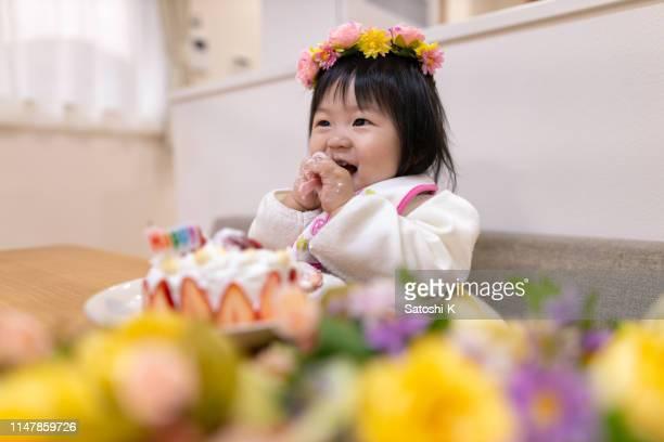 彼女の最初の誕生日のための女の赤ちゃんのスマッシングケーキ - 1歳以上2歳未満 ストックフォトと画像