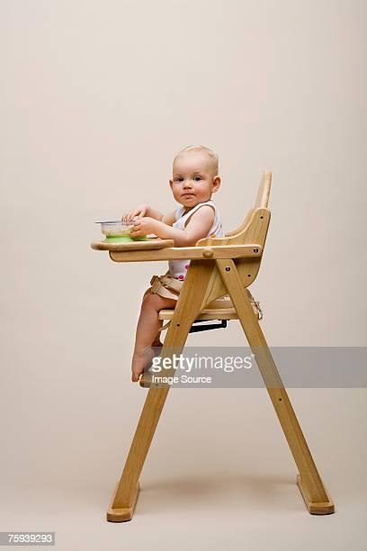 Bebé en una silla alta
