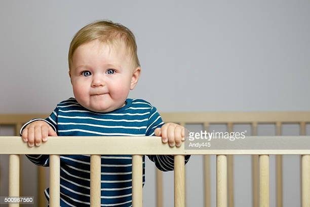 Bébé dans le lit d'enfant