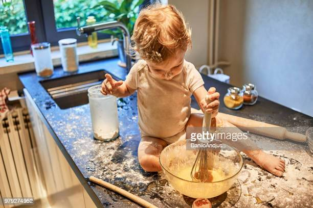 baby learning from young age to cook - sugar baby imagens e fotografias de stock