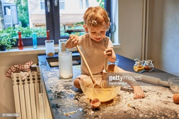 baby früh kochen lernen - chaos stock-fotos und bilder