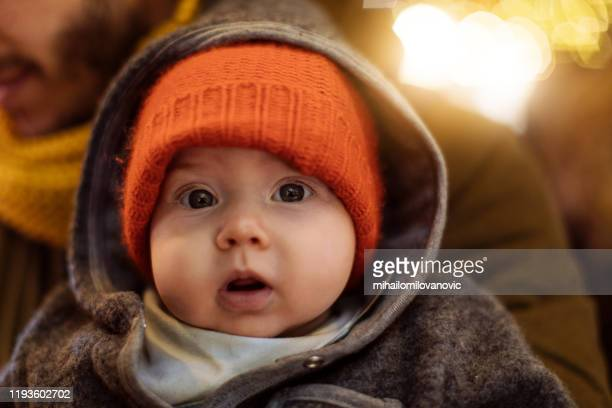 baby schaut auf die kamera - männliches baby stock-fotos und bilder