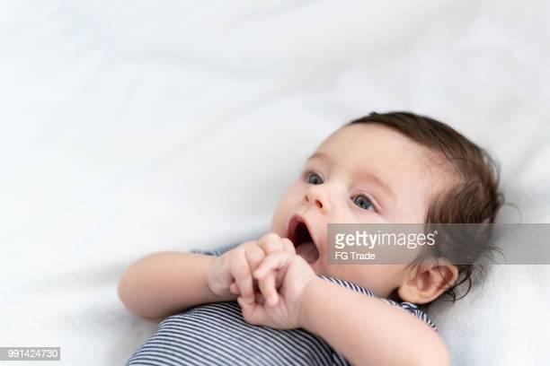 bebé yacer en la cama - monada fotografías e imágenes de stock