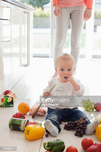 Bébé l'impasse sur le sol avec cuisine