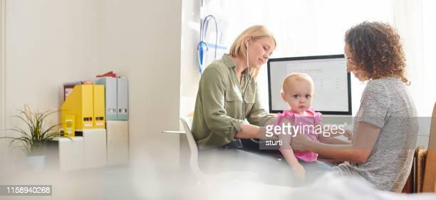 baby medische - huisarts stockfoto's en -beelden