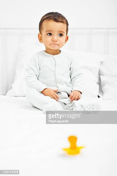 Bebé en la cama que desean El Chupete