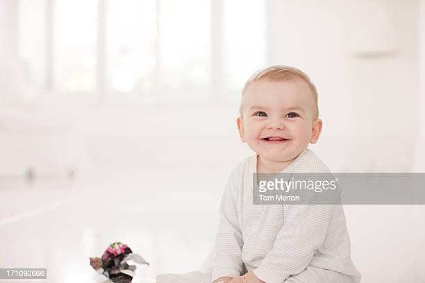 bebê no chão com papel amarrotado - travessura imagens e fotografias de stock