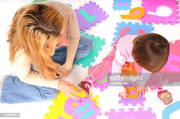 Bébé joue sur un puzzle