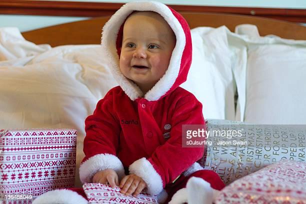 baby santa with smiling face - s0ulsurfing imagens e fotografias de stock
